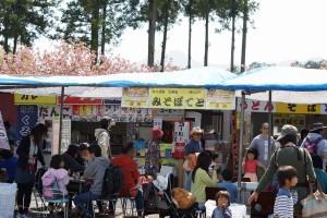 羊山公園 芝桜の丘の屋台風景。色々あるので食事の心配なし!